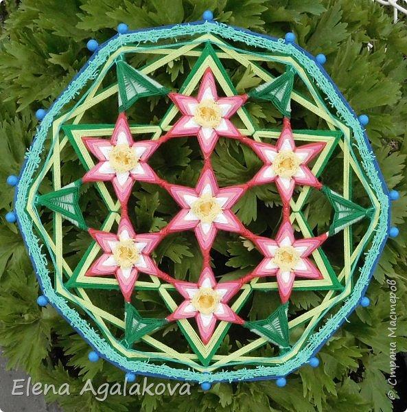 Добрый день или вечер всем заглянувшим в гости! Весна в разгаре, время цветения и расцвета! Поэтому наверное сплелась у меня такая мандала «Цветок жизни». Семь цветков объединены в один. Семь - одно из самых удивительных чисел. Таинственное число семь! Каким его только не считают: и священным, и божественным, и магическим, и счастливым. Все народы мира уделяли числу семь особое внимание.  фото 1