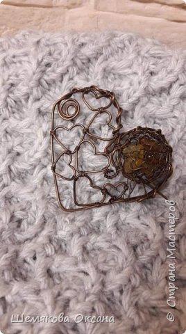 Брошь сердце с янтарём из медной и латунной проволоки с патиной. Размер 6,5 см х 6,5 см. В запасе было много янтаря, но просто мелкие камешки. Очень хотелось их использовать в плетении, но дырочек то нет. Долго думала и придумала сплела мешочек из тонкой проволоки и вложила туда камни. Результат меня порадовал. фото 1