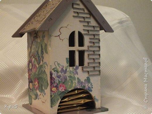 Добрый день жители СМ. Сегодня я к Вам с набором для кухни. Стены домика оформила салфеткой. Крыша и салфетница задекорированы при помощи структурной пасты через трафарет, покрашены акрилом. Чтобы выделить фактуру, сделала эмбоссинг золотой пудрой. Лицевую сторону домика оформила деревянным чипбордом с эмбоссингом. Для защиты всей красоты - 3 слоя лака. фото 2