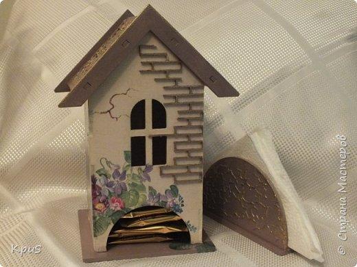 Добрый день жители СМ. Сегодня я к Вам с набором для кухни. Стены домика оформила салфеткой. Крыша и салфетница задекорированы при помощи структурной пасты через трафарет, покрашены акрилом. Чтобы выделить фактуру, сделала эмбоссинг золотой пудрой. Лицевую сторону домика оформила деревянным чипбордом с эмбоссингом. Для защиты всей красоты - 3 слоя лака. фото 1
