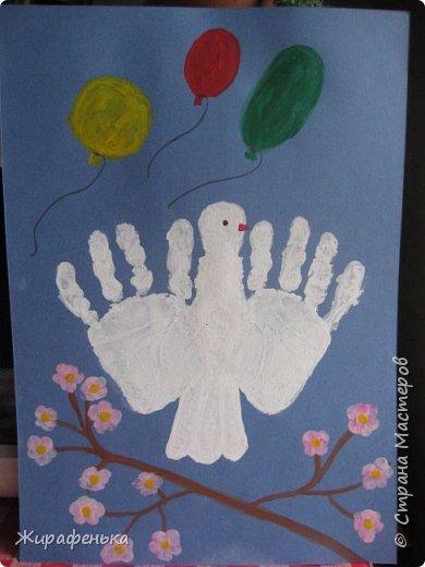 Наш голубь мира полетел в небо на 9мая.Ладошки внучки Маши 3г.Шарики раскрашивала сама малышка, очень старалась.Цветы на ветке распустились-это наши отпечатки пальчиков.Идею нашла на сайте maam.ru фото 1