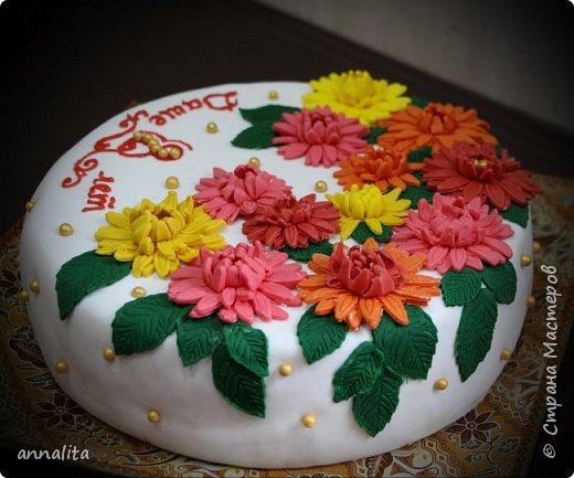 Здравствуйте всем. Сегодня хвастаюсь новым тортиком, который готовили всей семьей. Муж у меня, оказывается, отлично обтягивает торты мастикой. Мне остается только приготовить торт, обмазать его, выровнять и украсить:). В этот раз помогать в украшении вызвалась дочка, очень ей хотелось поучаствовать. Тем более у мамы столько новых плунжеров. Ей бы дать волю, так она бы все навырезала. фото 2