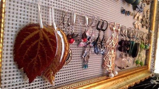 Добрый день Страна Мастеров.Очень люблю серьги и браслеты.Раньше серьги висели на боковине шкафа,но с ремонтом и шкафа не стало,и где то я видела на просторах интернета что  кто-то использовал канву для оформления сережек. Купила красивую рамку, в Леонардо (магазин) приобрела серую канву и мои сережки красиво оформлены. фото 4