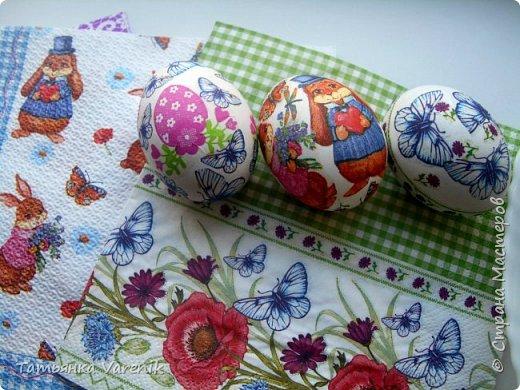 Декупаж пасхальных яиц салфетками и яичным белком фото 3