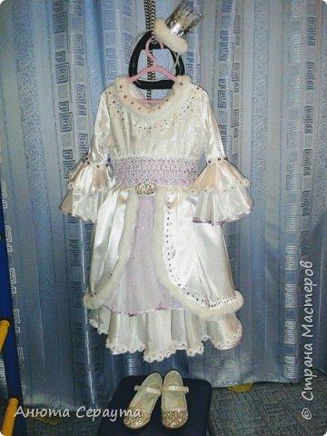 """Здравствуйте, творческие жители страны! Этот костюм я сделала для племянницы, девочки 6 лет, на новогодний карнавал. И даже сейчас, когда праздники давно закончились, Анечка просит маму достать ей это платье, что бы """"поиграть в королеву""""! фото 5"""
