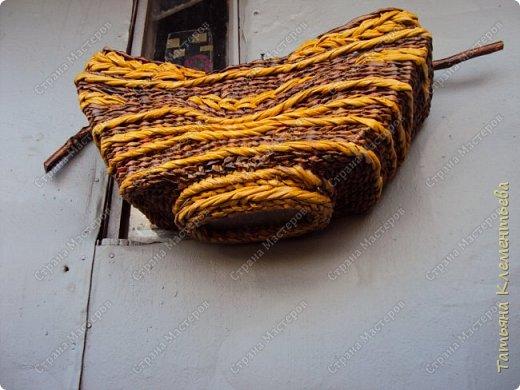 """Третье кашпо из газетных трубочек с  деревянной ручкой сплела на основе формы, сделанной мной из сотового поликарбоната. Тёмные трубочки получились от покраски водной морилкой  цвета """"Мокко"""", а жёлтые от ВМ """"Лиственница"""". Всё изделие покрывала акриловым лаком для наружных работ.  Дно полукруглой формы сделано из куска сотового поликарбоната. Предыдущие корзины с яблоневыми ручками можно увидеть здесь http://stranamasterov.ru/node/1096073 и здесь   http://stranamasterov.ru/node/1095282  фото 13"""