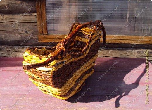 """Третье кашпо из газетных трубочек с  деревянной ручкой сплела на основе формы, сделанной мной из сотового поликарбоната. Тёмные трубочки получились от покраски водной морилкой  цвета """"Мокко"""", а жёлтые от ВМ """"Лиственница"""". Всё изделие покрывала акриловым лаком для наружных работ.  Дно полукруглой формы сделано из куска сотового поликарбоната. Предыдущие корзины с яблоневыми ручками можно увидеть здесь http://stranamasterov.ru/node/1096073 и здесь   http://stranamasterov.ru/node/1095282  фото 4"""