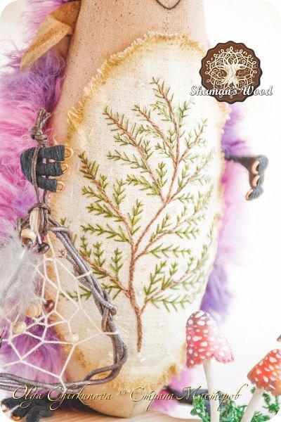 В моем лесу Шамана не только мальчишки-ежики живут, но и красавицы игольчатые!  Ежиха Брунгильда живет в лесу Шамана в роще Поющих раков. Она любит чай с чабрецом и варенье из апельсинов, которое привозит Морошич из дальних путешествий. Бруня дружит с прекрасной Лето и всегда ждет ее приезда. А бабочка…это подарок от доброй подруги, чтобы всегда в доме был зеленый сезон. Брунгильда будит бабочку зимними вечерами и просит рассказывать волшебные сны! фото 27