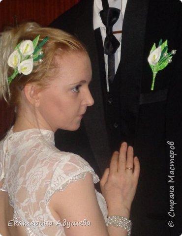 Здравствуйте все кто заглянули на маю страничку, предоставляю Вашему вниманию  маю работу котороя появилась случайно. Сначала делала я заколку для волос, после того как заколка была готова мне моя подруга говорит, что такая заколка подойдет для свадьбы. Ну а я на это отвечаю что надо бутоньерку и букет для невесты. Вот так и появился этот набор! фото 8