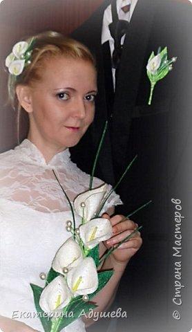 Здравствуйте все кто заглянули на маю страничку, предоставляю Вашему вниманию  маю работу котороя появилась случайно. Сначала делала я заколку для волос, после того как заколка была готова мне моя подруга говорит, что такая заколка подойдет для свадьбы. Ну а я на это отвечаю что надо бутоньерку и букет для невесты. Вот так и появился этот набор! фото 9