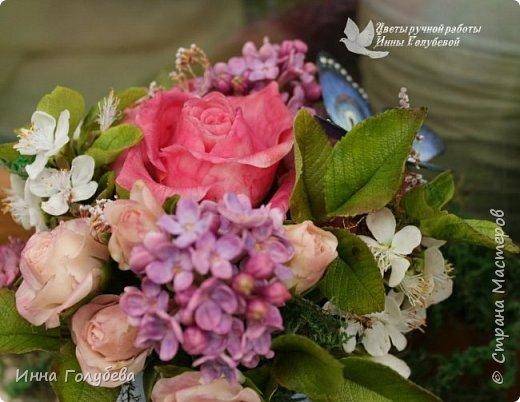 """Всем хороших выходных! А у меня новая композиция из холодного фарфора, которую мне захотелось назвать  """" Кокетка"""")  Она получилась такая кучерявенькая,как кокетливая девушка с кучеряшками волос) В неё вошли: кустовые розы двух сортов,малинового и кремово- розового оттенков, веточки цветущей вишни, цветы скабиозы полевой, веточки сирени. И в качестве дополнения к букетику: сухоцветы и натуральный мох. Размер композиции : диаметр - 21 см, высота- 18 см. Бабочка тоже ручной работы) Роспись бабочки сделала талантливый художник и прекрасная женщина- Ирочка Гущина!  http://vk.com/apiirina65 Спасибо ей большое фото 1"""