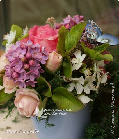 """Всем хороших выходных! А у меня новая композиция из холодного фарфора, которую мне захотелось назвать  """" Кокетка"""")  Она получилась такая кучерявенькая,как кокетливая девушка с кучеряшками волос) В неё вошли: кустовые розы двух сортов,малинового и кремово- розового оттенков, веточки цветущей вишни, цветы скабиозы полевой, веточки сирени. И в качестве дополнения к букетику: сухоцветы и натуральный мох. Размер композиции : диаметр - 21 см, высота- 18 см. Бабочка тоже ручной работы) Роспись бабочки сделала талантливый художник и прекрасная женщина- Ирочка Гущина!  http://vk.com/apiirina65 Спасибо ей большое фото 6"""