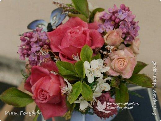 """Всем хороших выходных! А у меня новая композиция из холодного фарфора, которую мне захотелось назвать  """" Кокетка"""")  Она получилась такая кучерявенькая,как кокетливая девушка с кучеряшками волос) В неё вошли: кустовые розы двух сортов,малинового и кремово- розового оттенков, веточки цветущей вишни, цветы скабиозы полевой, веточки сирени. И в качестве дополнения к букетику: сухоцветы и натуральный мох. Размер композиции : диаметр - 21 см, высота- 18 см. Бабочка тоже ручной работы) Роспись бабочки сделала талантливый художник и прекрасная женщина- Ирочка Гущина!  http://vk.com/apiirina65 Спасибо ей большое фото 18"""