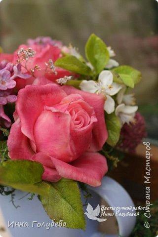 """Всем хороших выходных! А у меня новая композиция из холодного фарфора, которую мне захотелось назвать  """" Кокетка"""")  Она получилась такая кучерявенькая,как кокетливая девушка с кучеряшками волос) В неё вошли: кустовые розы двух сортов,малинового и кремово- розового оттенков, веточки цветущей вишни, цветы скабиозы полевой, веточки сирени. И в качестве дополнения к букетику: сухоцветы и натуральный мох. Размер композиции : диаметр - 21 см, высота- 18 см. Бабочка тоже ручной работы) Роспись бабочки сделала талантливый художник и прекрасная женщина- Ирочка Гущина!  http://vk.com/apiirina65 Спасибо ей большое фото 17"""