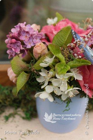 """Всем хороших выходных! А у меня новая композиция из холодного фарфора, которую мне захотелось назвать  """" Кокетка"""")  Она получилась такая кучерявенькая,как кокетливая девушка с кучеряшками волос) В неё вошли: кустовые розы двух сортов,малинового и кремово- розового оттенков, веточки цветущей вишни, цветы скабиозы полевой, веточки сирени. И в качестве дополнения к букетику: сухоцветы и натуральный мох. Размер композиции : диаметр - 21 см, высота- 18 см. Бабочка тоже ручной работы) Роспись бабочки сделала талантливый художник и прекрасная женщина- Ирочка Гущина!  http://vk.com/apiirina65 Спасибо ей большое фото 15"""
