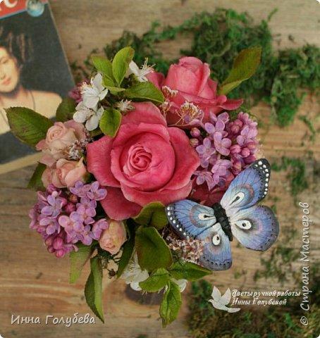 """Всем хороших выходных! А у меня новая композиция из холодного фарфора, которую мне захотелось назвать  """" Кокетка"""")  Она получилась такая кучерявенькая,как кокетливая девушка с кучеряшками волос) В неё вошли: кустовые розы двух сортов,малинового и кремово- розового оттенков, веточки цветущей вишни, цветы скабиозы полевой, веточки сирени. И в качестве дополнения к букетику: сухоцветы и натуральный мох. Размер композиции : диаметр - 21 см, высота- 18 см. Бабочка тоже ручной работы) Роспись бабочки сделала талантливый художник и прекрасная женщина- Ирочка Гущина!  http://vk.com/apiirina65 Спасибо ей большое фото 16"""