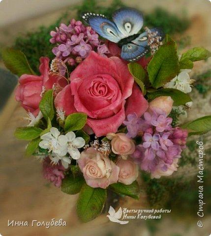 """Всем хороших выходных! А у меня новая композиция из холодного фарфора, которую мне захотелось назвать  """" Кокетка"""")  Она получилась такая кучерявенькая,как кокетливая девушка с кучеряшками волос) В неё вошли: кустовые розы двух сортов,малинового и кремово- розового оттенков, веточки цветущей вишни, цветы скабиозы полевой, веточки сирени. И в качестве дополнения к букетику: сухоцветы и натуральный мох. Размер композиции : диаметр - 21 см, высота- 18 см. Бабочка тоже ручной работы) Роспись бабочки сделала талантливый художник и прекрасная женщина- Ирочка Гущина!  http://vk.com/apiirina65 Спасибо ей большое фото 19"""