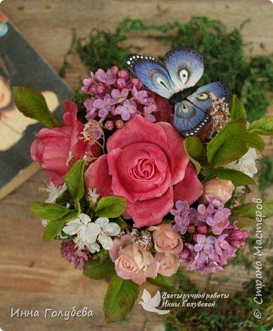 """Всем хороших выходных! А у меня новая композиция из холодного фарфора, которую мне захотелось назвать  """" Кокетка"""")  Она получилась такая кучерявенькая,как кокетливая девушка с кучеряшками волос) В неё вошли: кустовые розы двух сортов,малинового и кремово- розового оттенков, веточки цветущей вишни, цветы скабиозы полевой, веточки сирени. И в качестве дополнения к букетику: сухоцветы и натуральный мох. Размер композиции : диаметр - 21 см, высота- 18 см. Бабочка тоже ручной работы) Роспись бабочки сделала талантливый художник и прекрасная женщина- Ирочка Гущина!  http://vk.com/apiirina65 Спасибо ей большое фото 5"""