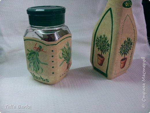 Баночка для пряных трав, бутылочка для оливкового масла, а баночка от чипсов для тертого пармезана. Очень мы любим салат из свежих овощей посыпать пармезаном. фото 2