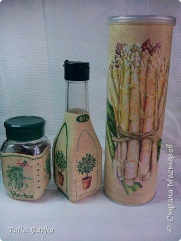 Баночка для пряных трав, бутылочка для оливкового масла, а баночка от чипсов для тертого пармезана. Очень мы любим салат из свежих овощей посыпать пармезаном. фото 1