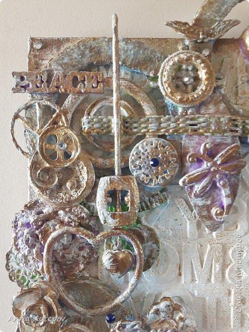 """Основа-фанера. Наклеены деревянные буквы и сверху разный """"хлам"""". Всё покрыто смесью: алибастр, клей, краска, вода. Потом окрашены цветным и золотым акрилом. Немного стразиков. Всё потом покрыто лаком. И всё. фото 5"""