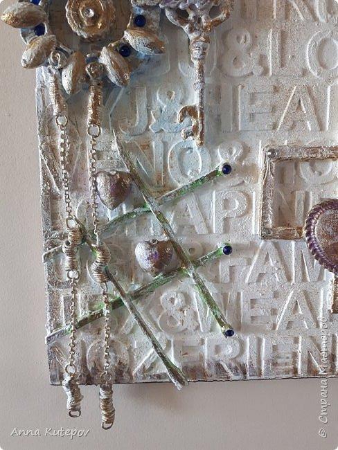 """Основа-фанера. Наклеены деревянные буквы и сверху разный """"хлам"""". Всё покрыто смесью: алибастр, клей, краска, вода. Потом окрашены цветным и золотым акрилом. Немного стразиков. Всё потом покрыто лаком. И всё. фото 7"""