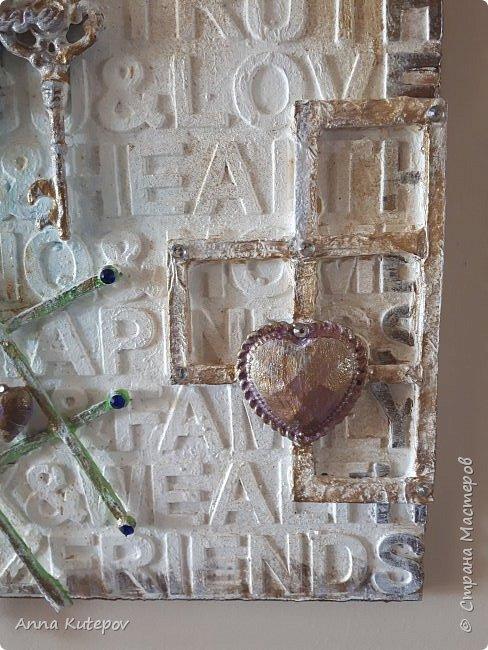 """Основа-фанера. Наклеены деревянные буквы и сверху разный """"хлам"""". Всё покрыто смесью: алибастр, клей, краска, вода. Потом окрашены цветным и золотым акрилом. Немного стразиков. Всё потом покрыто лаком. И всё. фото 8"""