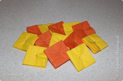 Изящные и оригинальные цветы можно сделать из обычных бумажных салфеток и преподнести их в качестве креативного подарка. Материал бумажных салфеток позволяет создавать из него самые разнообразные цветы.Многослойные или обычные салфетки легко превратить в роскошные розы, пионы, гвоздики, одуванчики или другие цветы.Я решила сделать одуванчики.   Для работы выбирайте более плотные салфетки, они лучше держат форму. фото 2