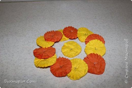 Изящные и оригинальные цветы можно сделать из обычных бумажных салфеток и преподнести их в качестве креативного подарка. Материал бумажных салфеток позволяет создавать из него самые разнообразные цветы.Многослойные или обычные салфетки легко превратить в роскошные розы, пионы, гвоздики, одуванчики или другие цветы.Я решила сделать одуванчики.   Для работы выбирайте более плотные салфетки, они лучше держат форму. фото 3