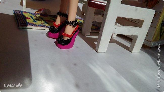 Работа на конкурс http://stranamasterov.ru/node/1097286#comment-14742024 Сегодня суббота и Варя собралась со своей подругой Музой на танцы. Но как сложно выбрать аксессуары. Что надеть, розовое колье или чёрное? фото 9