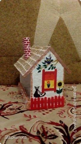 Вот так украсила кормушки для птиц. Сами кормушки деревянные. Трубы сделала из картона и покрыла папье-маше.  фото 2