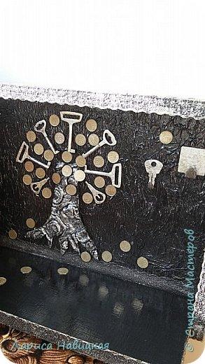 Основу для ключницы сколотила из каких то правильной формы дощечек. Наклеила слой туалетной бумажки,ну и ключики-копеечки. Покрасила,посеребрила,лаком покрыла.  фото 2