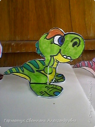 """Пригрело солнышко, и у нас в классе"""" вывелись """" динозаврики,Все разные ,но относятся к одному виду .Получились очень яркие ,как цветочки!!! фото 3"""