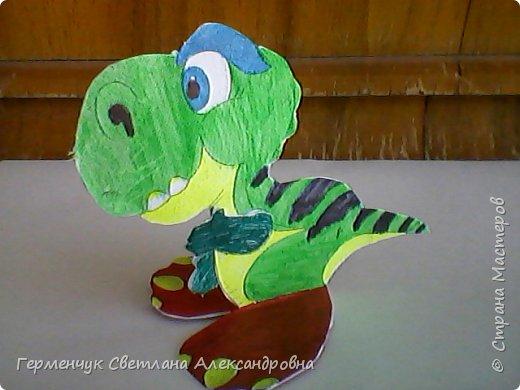 """Пригрело солнышко, и у нас в классе"""" вывелись """" динозаврики,Все разные ,но относятся к одному виду .Получились очень яркие ,как цветочки!!! фото 20"""
