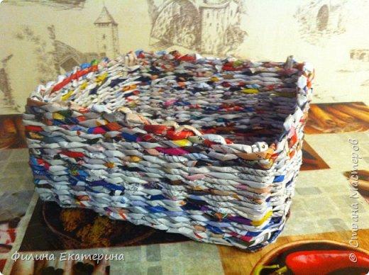 Здравствуйте. Я увлекалась плетением из газетных трубочек и хочу поделиться с вами своими изделиями. Это моя вторая корзиночка. Первая получилась совсем кривая. фото 4