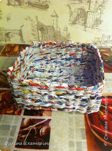 Здравствуйте. Я увлекалась плетением из газетных трубочек и хочу поделиться с вами своими изделиями. Это моя вторая корзиночка. Первая получилась совсем кривая. фото 5