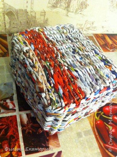 Здравствуйте. Я увлекалась плетением из газетных трубочек и хочу поделиться с вами своими изделиями. Это моя вторая корзиночка. Первая получилась совсем кривая. фото 6