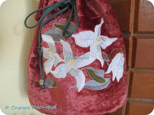 """Не устали еще от моих плюшевых сумок? Я - нет. Буду опять вас """"мучить"""")) Моя новая сумочка с вышитыми лилиями. А цвет плюша называется """"орхидея"""" фото 2"""