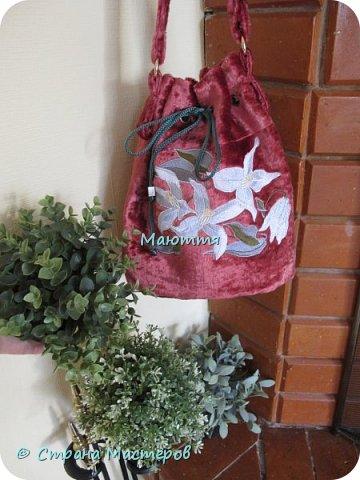 """Не устали еще от моих плюшевых сумок? Я - нет. Буду опять вас """"мучить"""")) Моя новая сумочка с вышитыми лилиями. А цвет плюша называется """"орхидея"""" фото 1"""