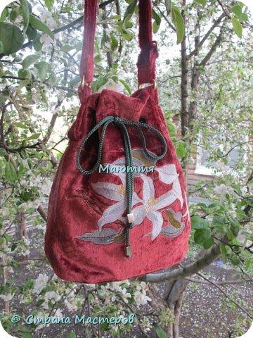 """Не устали еще от моих плюшевых сумок? Я - нет. Буду опять вас """"мучить"""")) Моя новая сумочка с вышитыми лилиями. А цвет плюша называется """"орхидея"""" фото 3"""