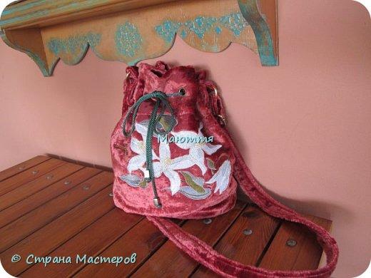 """Не устали еще от моих плюшевых сумок? Я - нет. Буду опять вас """"мучить"""")) Моя новая сумочка с вышитыми лилиями. А цвет плюша называется """"орхидея"""" фото 4"""
