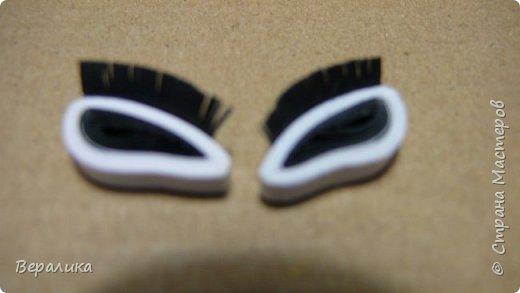 Необходимо было сделать лисичку для открыточки моей младшей внучки. Обыскала весь интернет и не нашла ни одного МК по изготовлению плоскостной лисички.   Для ее изготовления нам понадобятся:  -бумажные полоски шириной 3мм оранжевые, белые и черные длиной 34,5см; -черная полоска 15-17мм длиной и 6-7мм шириной; -клей ПВА, ножницы, расческа с мелкими зубчиками. Сегодня расскажу, как сделать мордочку лисички, а в следующем МК покажу, как сделать  туловище и хвостик. Америки, конечно, не открою, но, может быть, кому-то да и пригодится.  фото 9