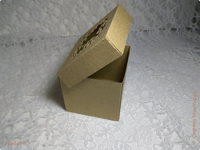 Всем, доброго дня! Решила испытать свои новые инструменты для скрапа. Фоновый нож и папку для тиснения. И вот, получилась у меня такая мужская открыточка.  Размер открытки 12,5 х 17,5 см. Основа белый перламутровый картон пл 290 гр., подложка темно-коричневая диз.бумага пл. 240 гр., надпись и фоновый узор из металлизированного картона пл 300гр. На подложке сделала тиснение и приклеила золотые стразы. фото 18