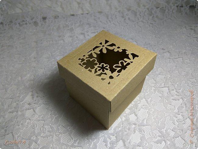 Всем, доброго дня! Решила испытать свои новые инструменты для скрапа. Фоновый нож и папку для тиснения. И вот, получилась у меня такая мужская открыточка.  Размер открытки 12,5 х 17,5 см. Основа белый перламутровый картон пл 290 гр., подложка темно-коричневая диз.бумага пл. 240 гр., надпись и фоновый узор из металлизированного картона пл 300гр. На подложке сделала тиснение и приклеила золотые стразы. фото 16