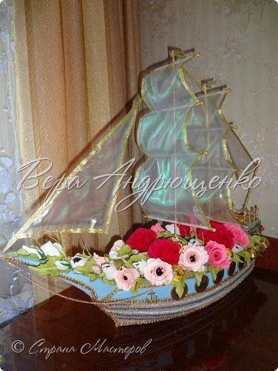 Доброго времени суток мастера и мастерицы. Спешу поделиться своей последней работой. Кораблик по просьбе коллектива к юбилею директора.Каркас выполнен из пеноплэкса, оклеен гофрир. бумагой. Т.к. цель его подарочный набор, он оформлен цветами из гофрированной бумаги, в каждом цветке и бутоне спрятана конфетка, в трюме корабля лежит бутылочка коньяка. Штурвал и окошки из шоколадных монет. На мостике шоколадки в виде золотых слитков, на корме конфетки как мешочки с золотом. среди цветов еще конфетки, как золотые ягодки. По левому борту даже есть якорь... фото 8