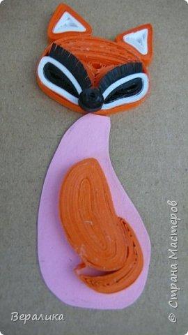 Продолжаем делать нашу лисичку. Расскажу сегодня как я делала тельце, лапку и хвостик. Нам понадобятся: - полоски шириной 3мм и длиной 34,5см оранжевого и красного цвета; - полоска белого и полоска оранжевого цвета шириной 1см; - проволока для флористики; - клеевой пистолет, расческа мелкая, клей ПВА. фото 4