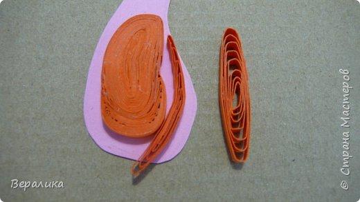 Продолжаем делать нашу лисичку. Расскажу сегодня как я делала тельце, лапку и хвостик. Нам понадобятся: - полоски шириной 3мм и длиной 34,5см оранжевого и красного цвета; - полоска белого и полоска оранжевого цвета шириной 1см; - проволока для флористики; - клеевой пистолет, расческа мелкая, клей ПВА. фото 7