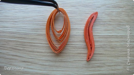 Продолжаем делать нашу лисичку. Расскажу сегодня как я делала тельце, лапку и хвостик. Нам понадобятся: - полоски шириной 3мм и длиной 34,5см оранжевого и красного цвета; - полоска белого и полоска оранжевого цвета шириной 1см; - проволока для флористики; - клеевой пистолет, расческа мелкая, клей ПВА. фото 15