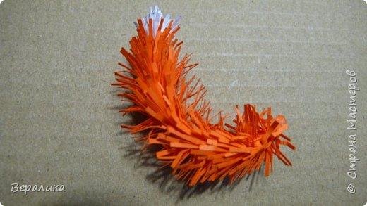 Продолжаем делать нашу лисичку. Расскажу сегодня как я делала тельце, лапку и хвостик. Нам понадобятся: - полоски шириной 3мм и длиной 34,5см оранжевого и красного цвета; - полоска белого и полоска оранжевого цвета шириной 1см; - проволока для флористики; - клеевой пистолет, расческа мелкая, клей ПВА. фото 22