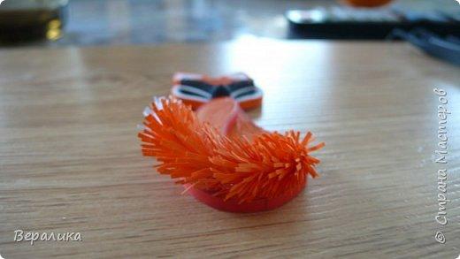 Продолжаем делать нашу лисичку. Расскажу сегодня как я делала тельце, лапку и хвостик. Нам понадобятся: - полоски шириной 3мм и длиной 34,5см оранжевого и красного цвета; - полоска белого и полоска оранжевого цвета шириной 1см; - проволока для флористики; - клеевой пистолет, расческа мелкая, клей ПВА. фото 26